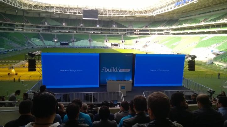 O palco foi montado em uma parte do gramado do estádio