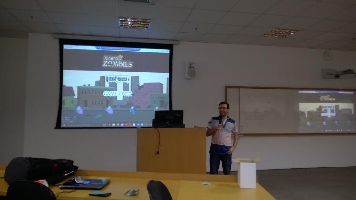 João Cunha apresentando o jogo da equipe Talk It BR