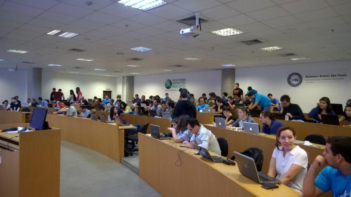 Estudantes que compareceram ao Windows 10 Game Jam São Paulo